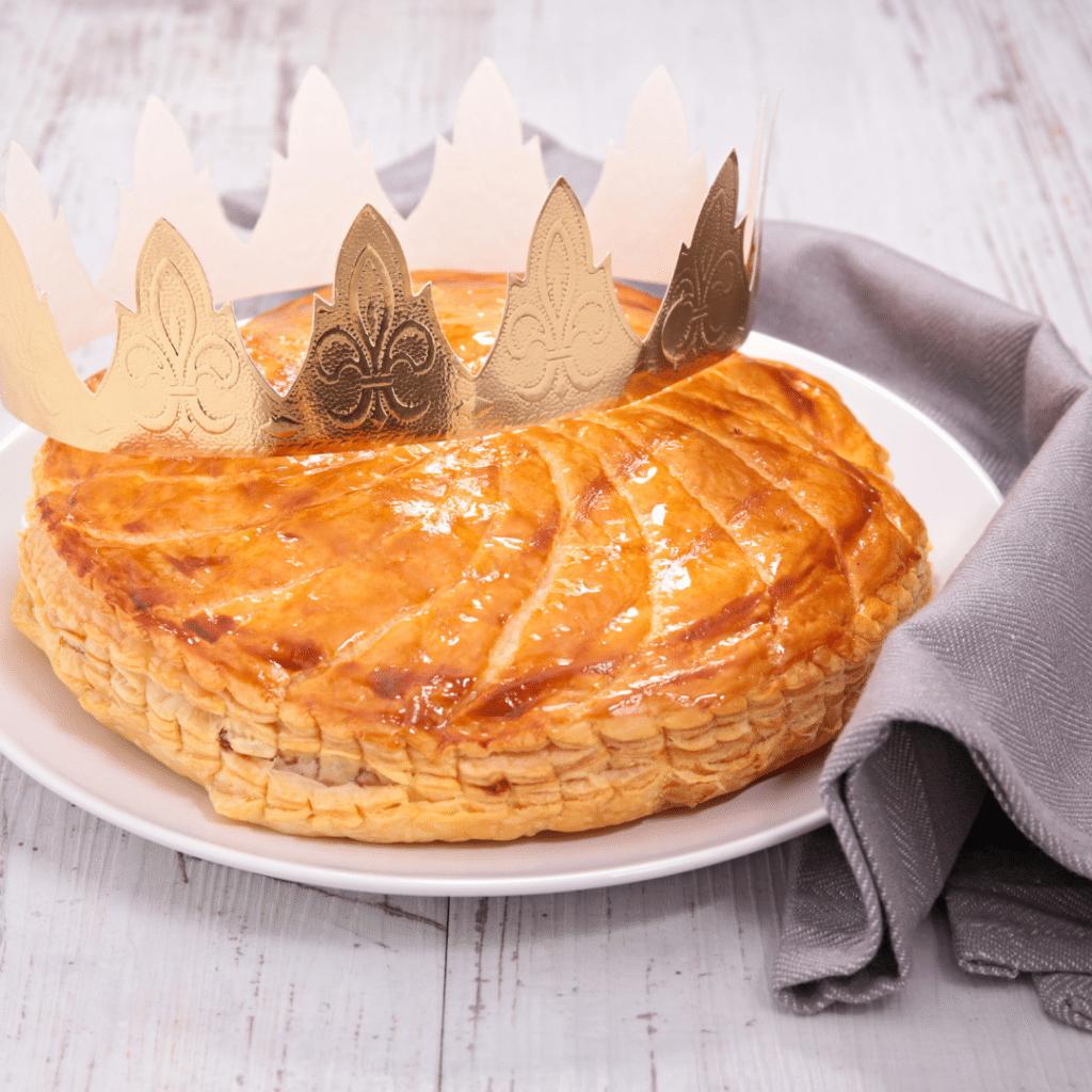 """Réalisez votre propre galette des Rois """"maison"""" grâce à ma recette facile et rapide. Découvrez aussi l'histoire de ce gâteau d'Epiphanie et toutes les versions possibles (vegan, au chocolat, à la pistache, à la crème de marron ou en version """"sucettes"""")."""